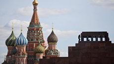 Вид на Собор Василия Блаженного и мавзолей В.И. Ленина с Красной площади в Москве. Архивное фото