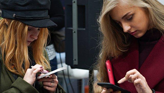 Девушки с мобильными телефонами в Москве