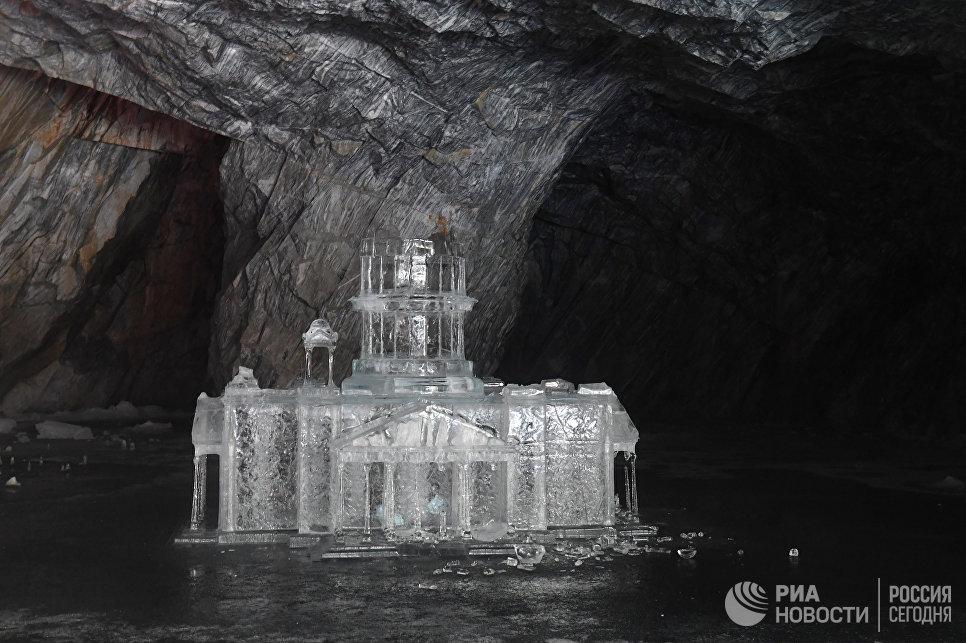 Копия Исаакиевского собора изо льда в подземном парке «Рускеала».