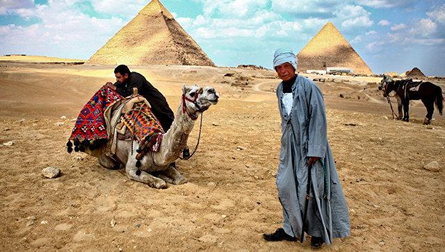 Туристы страдают около пирамид в Египте из-за торговцев и экскрементов