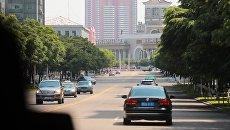 Автомобильно движение на улице Чхангван в Пхеньяне. Архивное фото