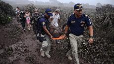 Эвакуация пострадавших при извержении вулкана Фуэго в Гватемале. 3 июня 2018