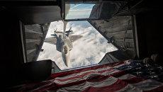 Американский истребитель F-22 Raptor во время дозаправки топливом в небе над Сирией