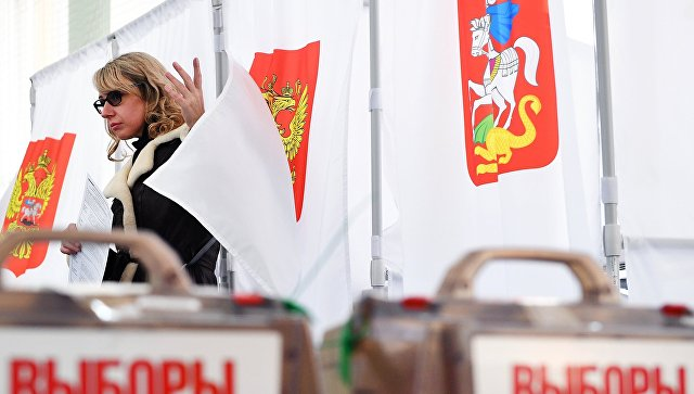 Девушка во время голосования в Москве. Архивное фото