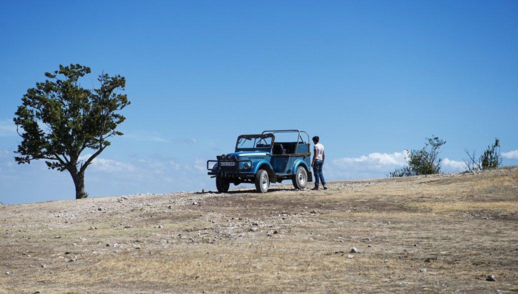 Автомобиль на верхнем плато пещерного города Чуфут-Кале в Крыму