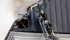 Пожарные расчеты МЧС РФ тушат возгорание на крыше Дома педагогической книги в Москве. 6 июня 2018