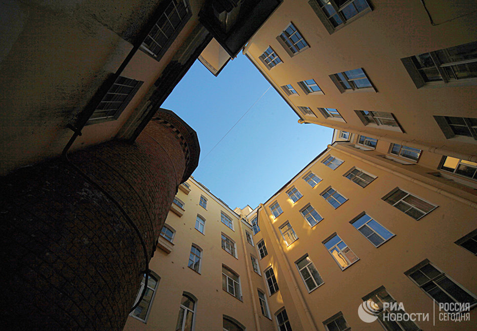 Дом аптекаря Вильгельма Пеля на Васильевском острове в Петербурге. Слева - труба котельной, которую в Петербурге называют Башней грифонов.