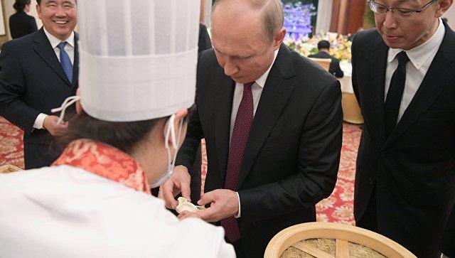 Путин приготовил и попробовал в Китае местную еду