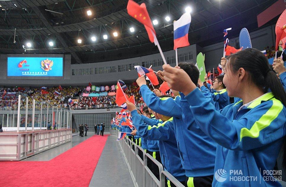 Болельщики перед началом товарищеского хоккейного матча юношеских команд из России и КНР в Тяньцзине