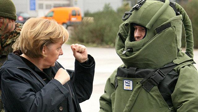 Канцлер Германии Ангела Меркель во время посещения боевой группы Бундесвера в Лецлингене