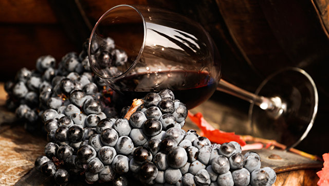 Виноградная лоза и вино в бокале на винодельческом предприятии Массандра в Крыму. Архивное фото