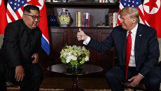 Лидер КНДР Ким Чен Ын и президент США Дональд Трамп во время встречи в Сингапуре. Архивное фото