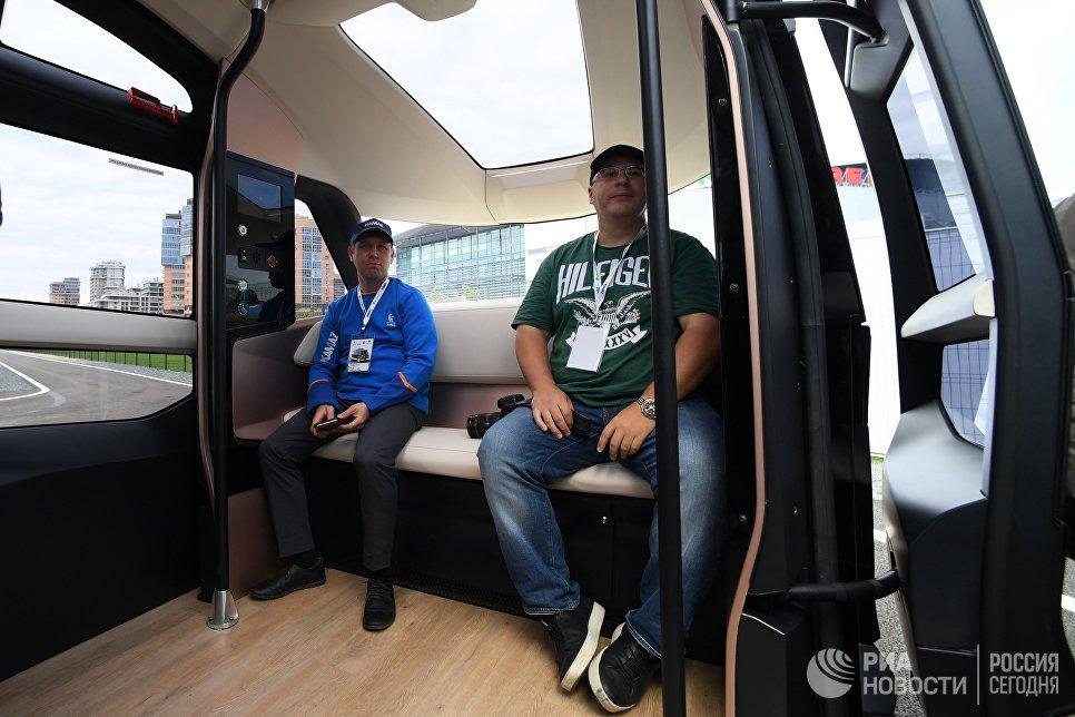 Тест-драйв прототипа беспилотного электробуса ШАТЛ, предоставленного российским производителем грузовых автомобилей КамАЗ, в Казани