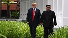 Президент США Дональд Трамп и лидер КНДР Ким Чен Ын Во время прогулки у отеля Капелла в Сингапуре. Архивное фото