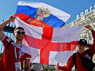 Болельщики сборной Англии перед матчем ЧМ-2018 по футболу между сборными Туниса и Англии на железнодорожном вокзале в Волгограде