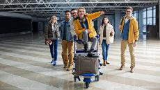 Путешественники в аэропорту перед посадкой на самолет
