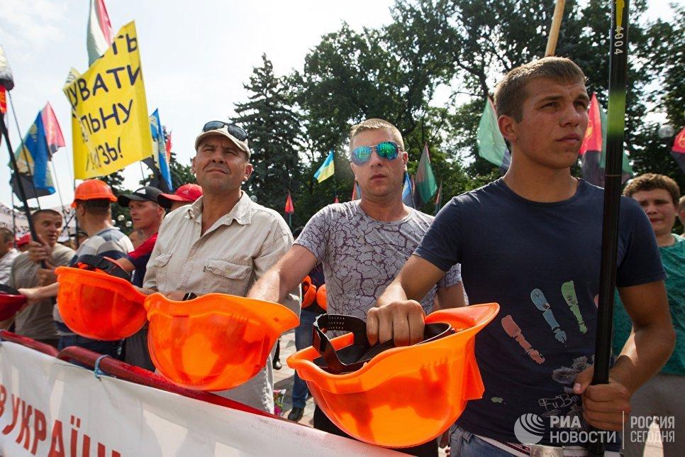 Шахтеры на акции протеста у здания Рады Украины в Киеве. 19 июня 2018