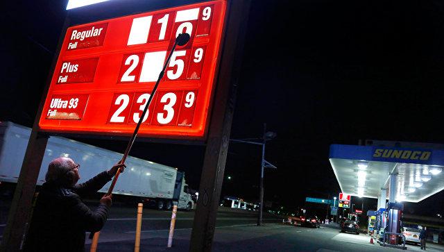 Мужчина меняет цены на бензин на АЗС в американском городе Форт Ли. Архивное фото