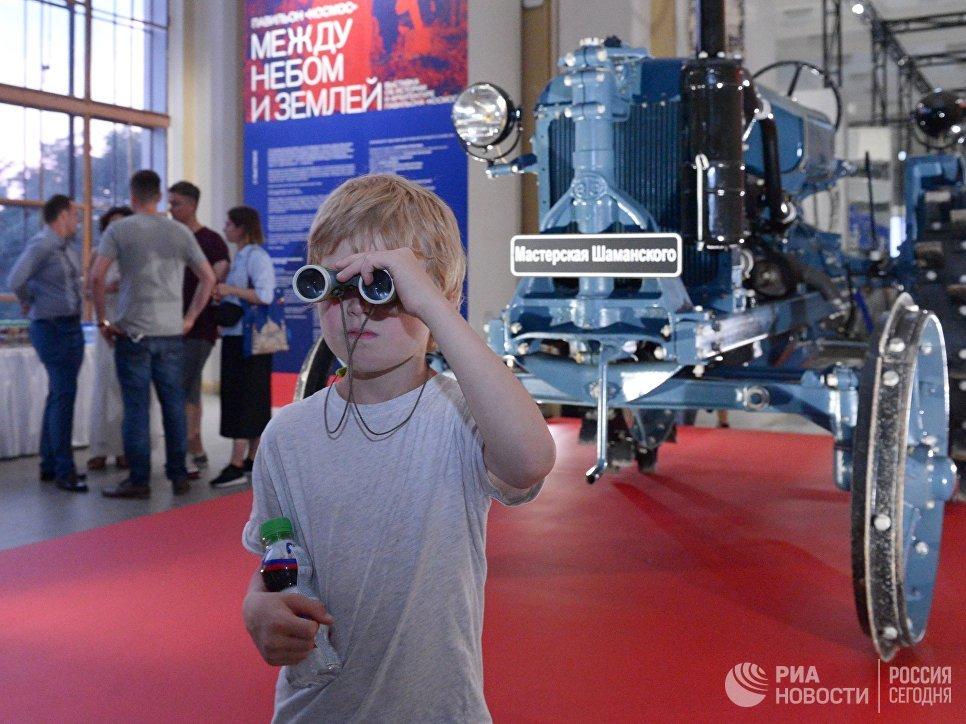 Посетители на выставке Между небом и землей на ВДНХ в Москве. 20 июня 2018