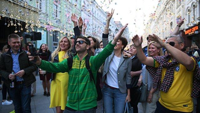 Болельщики на Никольской улице в Москве во время чемпионата мира по футболу FIFA-2018