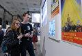 Посетители на выставке Между небом и землей на ВДНХ в Москве