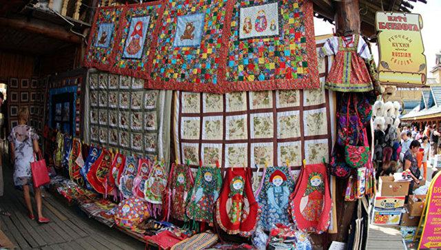 Русские сувениры на вернисаже Измайловского Кремля