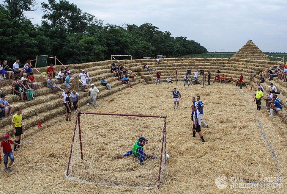 Любительский матч на стадионе Зенит-Арена из соломы в селе Красное Ставропольского края.