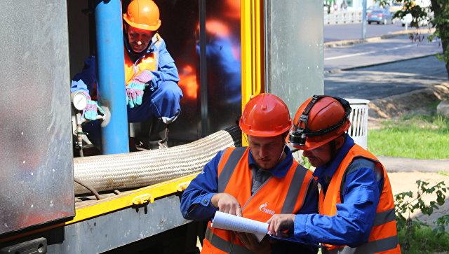 Рабочие ПАО МОЭК на месте проведения гидравлических испытаний