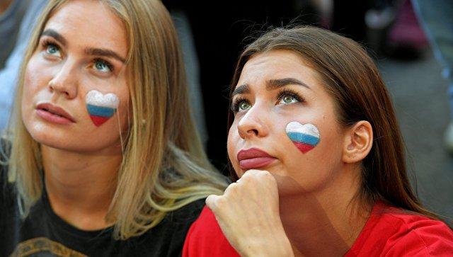 Болельщицы в фан-зоне во время просмотра трансляции матча. Архивное фото
