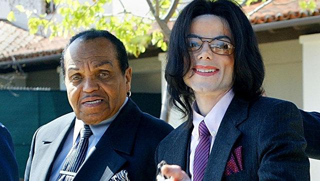 Майкл Джексон со своим отцом Джо. Архивное фото