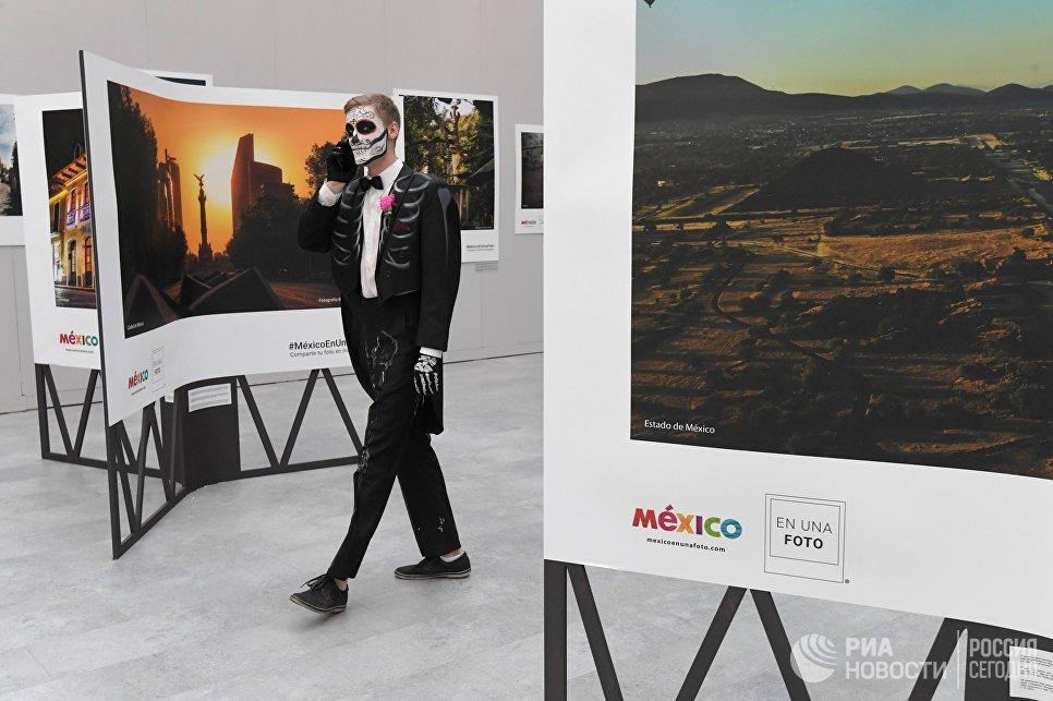 Участник карнавала, проходящего в рамках празднования традиционного мексиканского праздника День мертвых, в Москве