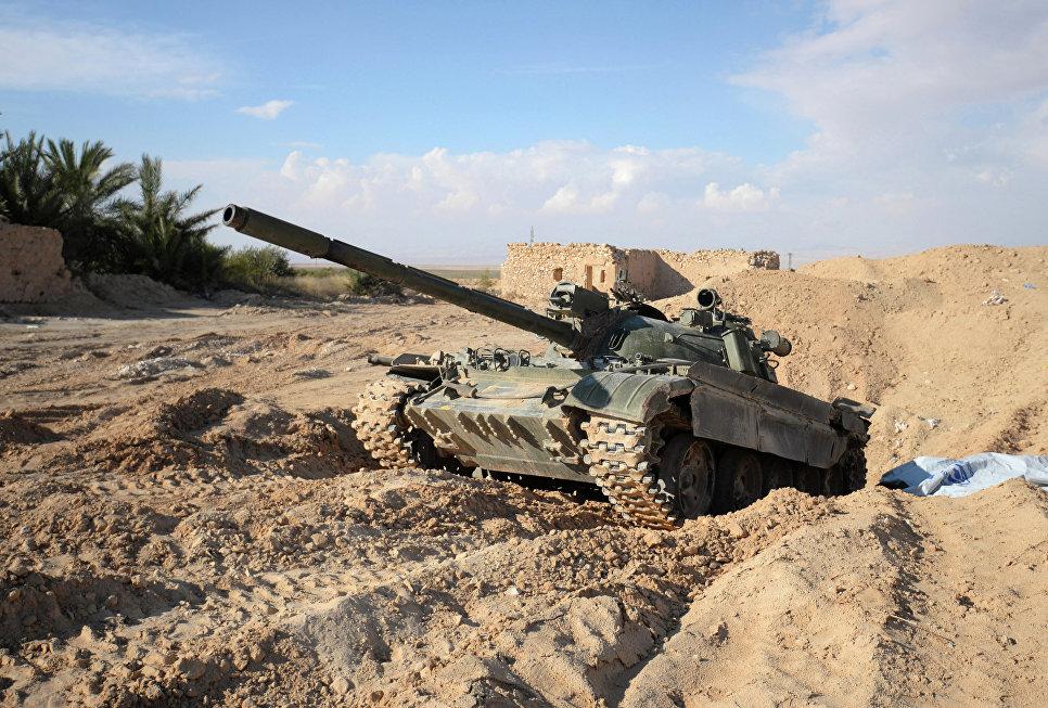 Танк Т-72 на передовых позициях Сирийской Арабской Армии (САА) у дороги из Хомса в Пальмиру.