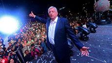 Новоизбранный президент Мексики Андрес Мануэль Лопес Обрадор приветствует своих сторонников на площади Зокало после победы на всеобщих выборах в Мехико. 1 июля 2018
