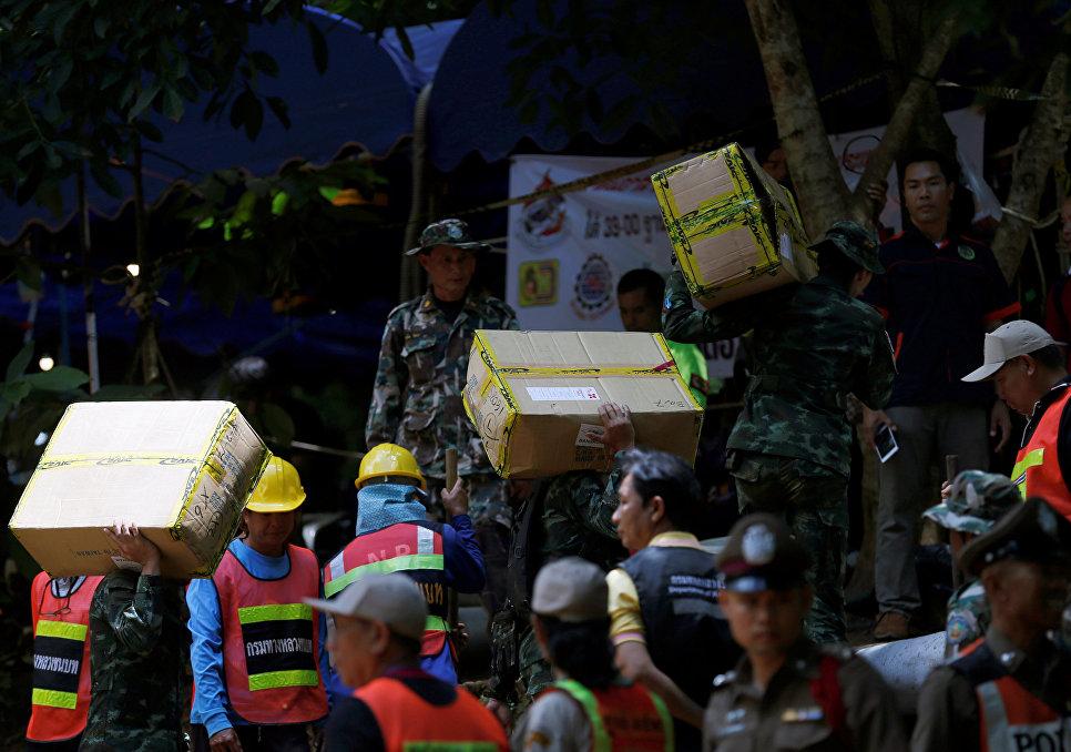 Солдаты и спасатели несут коробки с необходимыми вещами в пещеру Тхам Луанг в провинции Чиангмай, Таиланд. 4 июля 2018 года