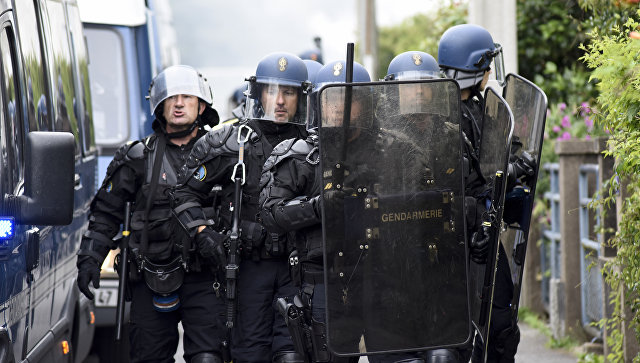 Советника Макрона, избившего демонстранта, поместили под стражу