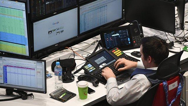 Мужчина работает с данными в офисе в Москве. Архивное фото