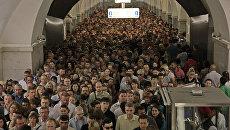 Пассажиры на станции метро Парк Культуры. Архивное фото