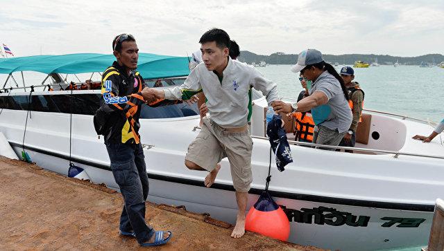 Пассажир перевернувшейся туристической лодки на Пхукете, Таиланд. 6 июля 2018