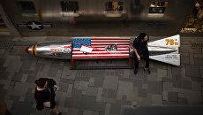 Скамейка с флагом США в торговом центре в Пекине. Архивное фото