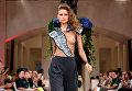 Модель во время показа коллекции дизайнера Ани Гокель (Anja Gockel) на Неделе моды в Берлине