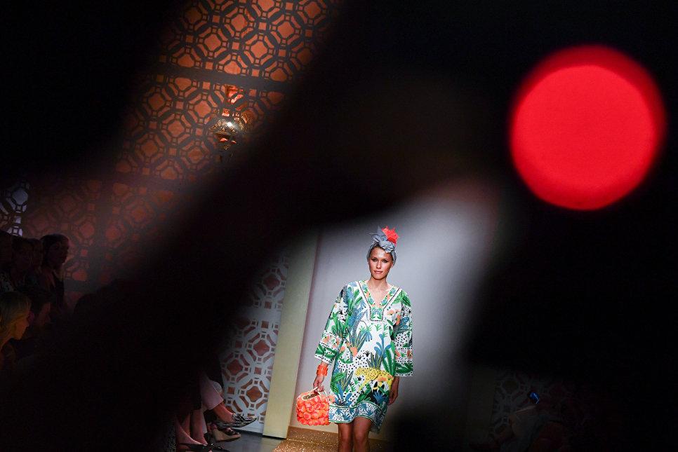 Модель во время показа коллекции бренда Marc Cain на Неделе моды в Берлине. 3 июля 2018 года