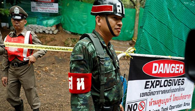 Офицер полиции и военный у пещеры Тхам Луанг в Таиланде. 8 июля 2018