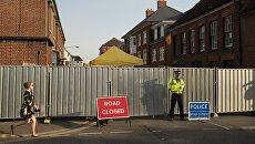 Полицейский на улице Ролленстоун стрит в Солсбери (графство Уилтшир) у дома, где жила Дон Стерджесс - одна из жертв отравления нервно-паралитическим веществом. Архивное фото