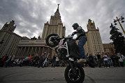 Байк-шоу у здания Московского государственного университета