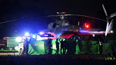 Спасенные школьники транспортируются с военного вертолета в ожидающую машину скорой помощи в военном аэропорту в Чианграе, Таиланд. 9 июля 2018