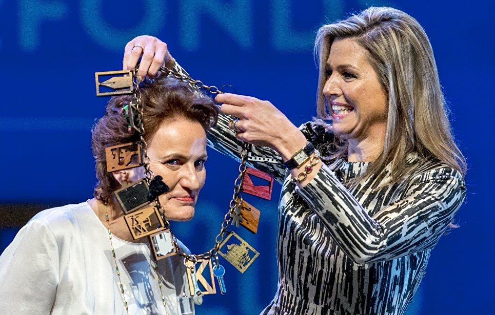 Королева Нидерландов Максима награждает Франсину Хубен премией Фонда культуры принца Бернхарда