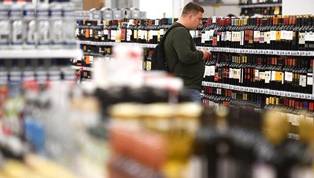 Покупатель в отделе алкогольной продукции. Архивное фото