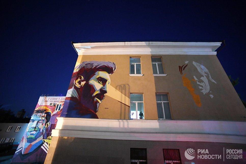 Граффити с изображением Луки Модрича, Лионеля Месси и Криштиану Роналду на стенах домов во внутреннем дворе гостиницы Рамада в Казани