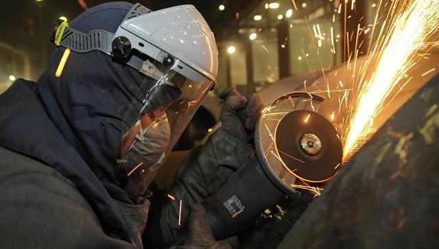 Рабочий на сталелитейном производстве. Архивное фото