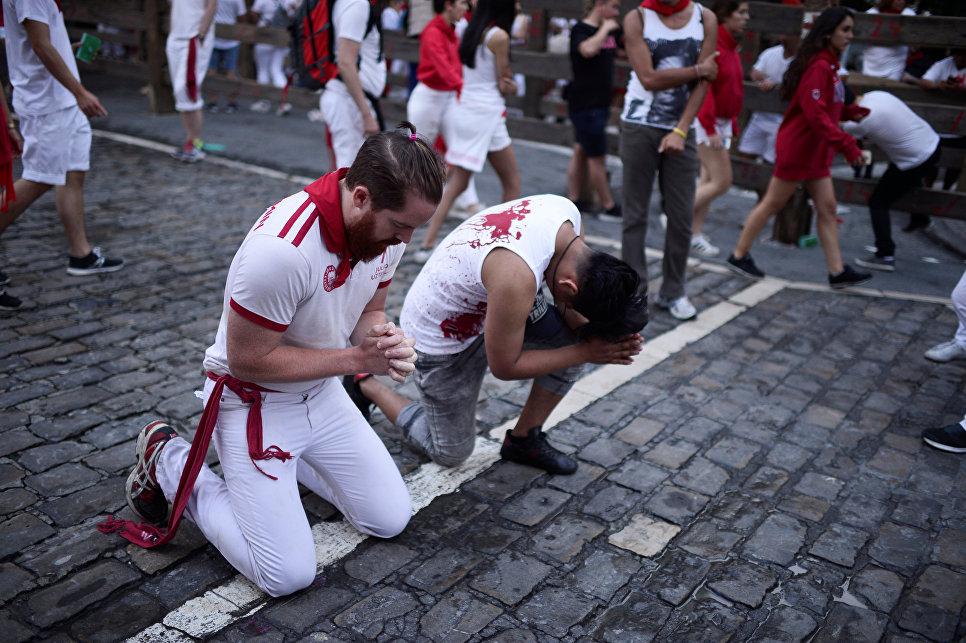 Участники фестиваля Сан-Фермин в Памплоне, Испания. 9 июля 2018 года